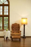 窓辺のソファーとテーブルとフロアーランプ 22321023238  写真素材・ストックフォト・画像・イラスト素材 アマナイメージズ