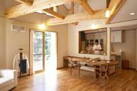 キッチンで朝食の準備をする夫婦 22321023326| 写真素材・ストックフォト・画像・イラスト素材|アマナイメージズ