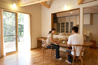 ダイニングで朝食をとる夫婦 22321023327| 写真素材・ストックフォト・画像・イラスト素材|アマナイメージズ