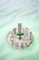 トレーの上のビルの模型