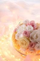 バラの花とガラスのボールと光