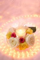 バラの花とろうそくと光