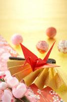 扇子と赤い折り鶴 22321023534| 写真素材・ストックフォト・画像・イラスト素材|アマナイメージズ