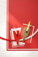 羽子板と紅白の水引 22321023540| 写真素材・ストックフォト・画像・イラスト素材|アマナイメージズ