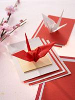 紅白の折鶴とフェイクの桃の花 22321023557| 写真素材・ストックフォト・画像・イラスト素材|アマナイメージズ