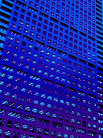 夕暮れのオフィスビルの窓