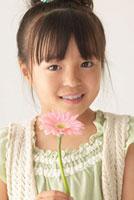 ガーベラの花を持っている女の子