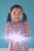 手から光を放っている女の子