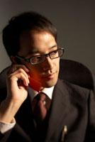 携帯電話で話をしている男性 22321024084| 写真素材・ストックフォト・画像・イラスト素材|アマナイメージズ