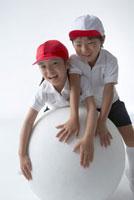 体操服を着た男の子と女の子 22321024096| 写真素材・ストックフォト・画像・イラスト素材|アマナイメージズ