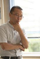 教室の窓際で考え込む教師 22321024381| 写真素材・ストックフォト・画像・イラスト素材|アマナイメージズ