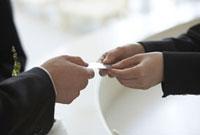 名刺を交わしているビジネスマンと女性の手元