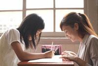 生徒に勉強を教える女性教師