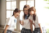 廊下でおしゃべする女子学生