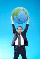 地球を持ち上げるサラリーマン 22321025167| 写真素材・ストックフォト・画像・イラスト素材|アマナイメージズ