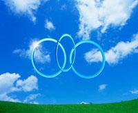 青空に浮かぶ3つのリング