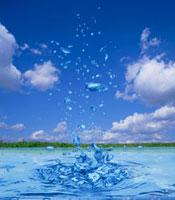 飛び散る水しぶきと青空