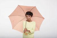 オレンジ色の傘を差す女の子