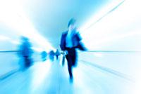 通路を駆けるビジネスマン 22323001161| 写真素材・ストックフォト・画像・イラスト素材|アマナイメージズ