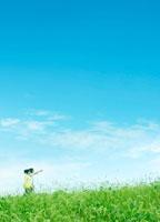 河川敷を散歩する2人 22323001207| 写真素材・ストックフォト・画像・イラスト素材|アマナイメージズ