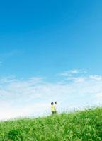 河川敷を散歩する2人 22323001209| 写真素材・ストックフォト・画像・イラスト素材|アマナイメージズ