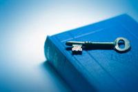 アンティークな本と鍵 22323001269| 写真素材・ストックフォト・画像・イラスト素材|アマナイメージズ