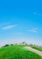 草原の街並みと青空