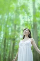 森の中で深呼吸する女性