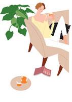 リビングのソファでお茶する女性