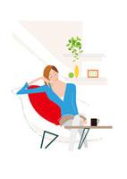 リビングのソファでお茶する主婦