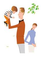 子を抱き上げる父と見守る母