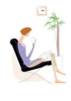 ソファで読書する主婦