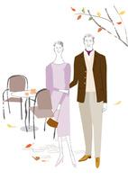 秋のオープンカフェでお茶をしたシニアカップル