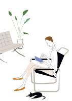 リビングでタブレットを操作する女性