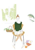 家事の合間リビングで雑誌を読む主婦