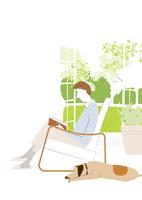 リビングのソファで犬と一緒に読書する男性