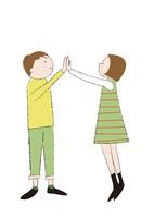 男の子と女の子のハイタッチ 22342000275| 写真素材・ストックフォト・画像・イラスト素材|アマナイメージズ