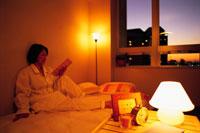 夜景とリラックスな女性