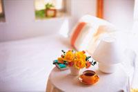 花のあるベッドルーム