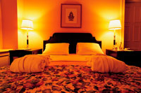 外国のホテルのベッドルーム
