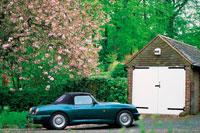 ガレージの脇に咲く桜とコンバーツブルカー
