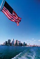 アメリカ国旗と海から見たビル街