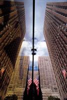 ミラーに反射する高層ビルと国旗