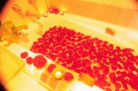 花びらと水で満ちたバスタブとキャンドル 22361003329| 写真素材・ストックフォト・画像・イラスト素材|アマナイメージズ