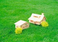 芝生に置かれた二つの模型の家