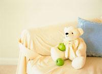 ソファ上のぬいぐるみと青リンゴ