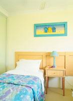 ベッドとランプと壁飾り