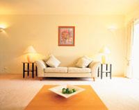 果物とソファとランプと壁の画
