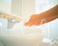 洗面所で手を洗うシーン