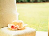 椅子に置かれた花飾りの付いた帽子